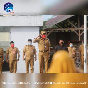 Bupati Iskandar Kamaru saat memimpin apel perdana